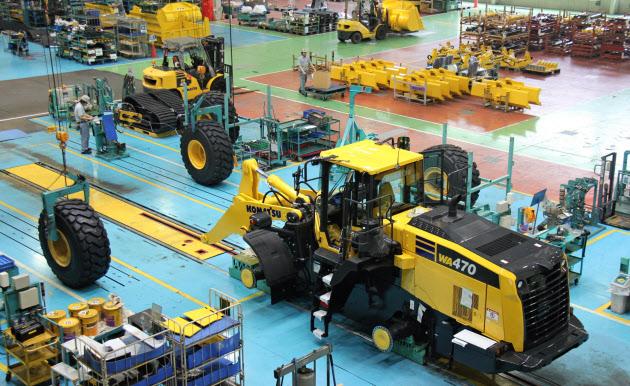 コマツは生産工程の改善を進めている_日本経済新聞_20150623