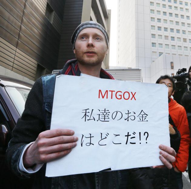 20160301_マウントゴックスが取引停止となり、抗議するビットコインの利用者(14年2月26日)_日本経済新聞朝刊