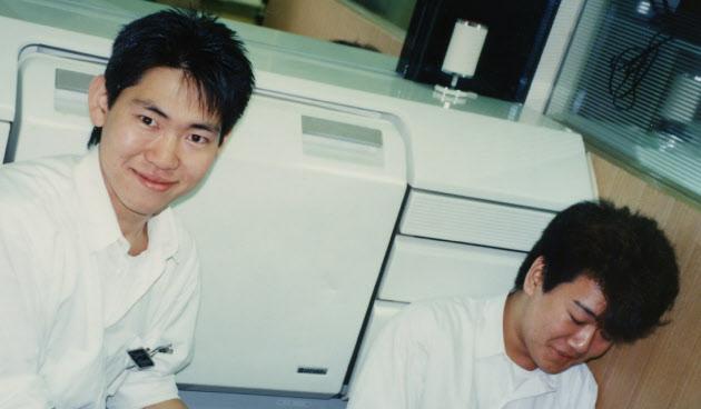 20160226_1989年、千葉県船橋市内の理容店での見習い時代_日本経済新聞朝刊