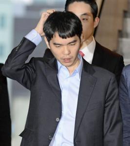 20160313_「アルファ碁」との第3局に敗れた李九段(12日、ソウル)=共同_日本経済新聞朝刊