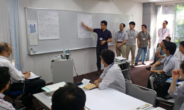 20151221_養成プログラムでは、企業の中堅社員たちが活発に討論した(東京都文京区の東大キャンパス)_日本経済新聞朝刊