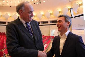 20160322_握手するプラットフォームI4.0のバンティーン事務局長(右)とIICのソレイ会長(ベルリン)_日本経済新聞朝刊