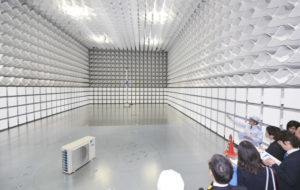 20151126_機械の電磁波測定のため外部の電波を遮断する「電波暗室」を設けた(25日、大阪府摂津市)_日本経済新聞朝刊