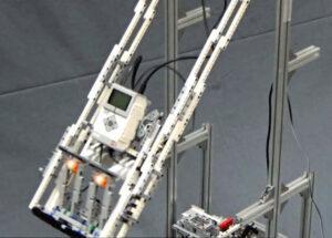 20160630_Hの学習能力を示すレゴのロボットを使った実験。振り幅を最大にすることを目標に据えると、膝を屈伸させる方法を学習し、約5分でブランコをこげるようになったという_日本経済新聞電子版