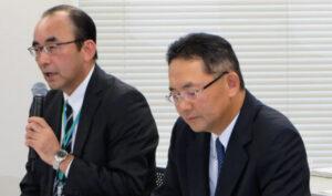 20161010_決算会見するユニファミマの佐古則男副社長(左)と中山勇副社長(都内、11日)_日本経済新聞電子版
