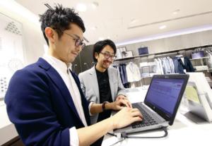 20160808_ラコステの店長はウィンワークスの店員管理システムを使い、スタッフのスケジュールを立てる(写真:北山宏一)_日本経済新聞電子版