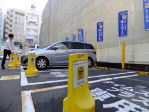 20161123_平日昼間は法人のカーシェア利用が多く、クルマは出払っている(22日、都内)_日本経済新聞朝刊