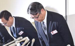 20170706_不適切な会計問題が起きた富士フイルムホールディングスも新日本の元担当企業だった(陳謝する富士フイルムの経営陣)_日本経済新聞朝刊