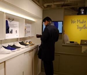 20160326_6日、クラウドファンディングで資金調達した米靴メーカーが渋谷パルコに実店舗を開いた(東京都渋谷区)_日本経済新聞朝刊